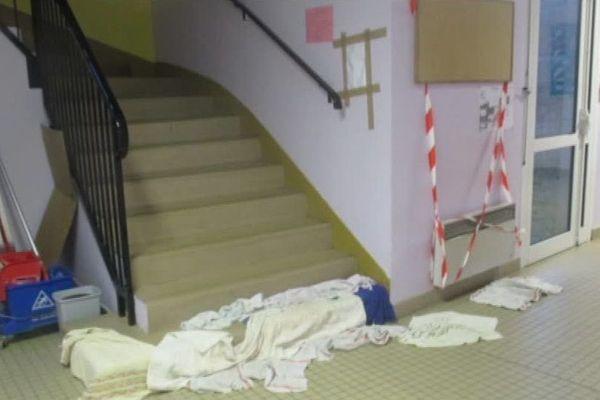 L'escalier et les couloirs de l'école primaire du Tillet à Cirès-les-Mello inondés dès qu'il pleut