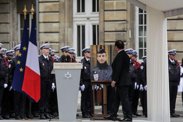 Archives 25/04/2017 - Paris - Le chef de l'Etat, François Hollande a rendu un hommage national au policier assassiné sur les Champs-Elysees.