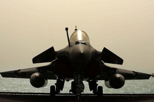 Le porte-avions français Charles de Gaulle entre en guerre contre l'EI en Irak.