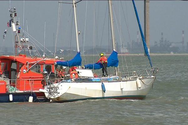 Le voilier de 12 m échoué plage de Porcé a été remorqué au port de Saint-Nazaire