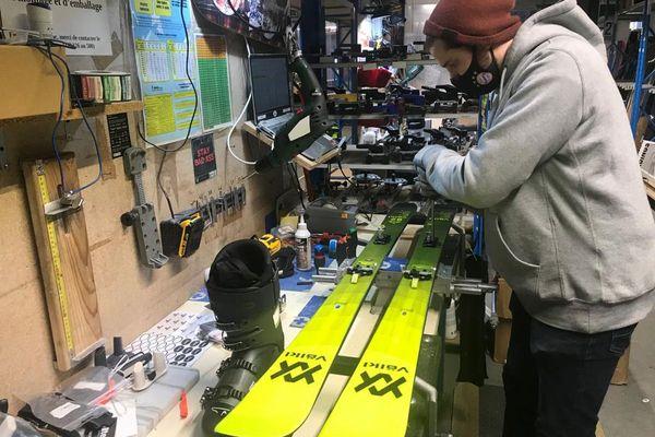 A Clermont-Ferrand, l'entreprise Glisshop redoute une année blanche pour la vente de skis.
