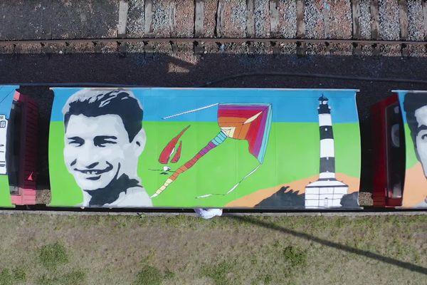 Les toits de deux rames du Train des Mouettes en Charente-Maritime ont été décorées aux couleurs du Tour de France par deux artistes plasticiens.