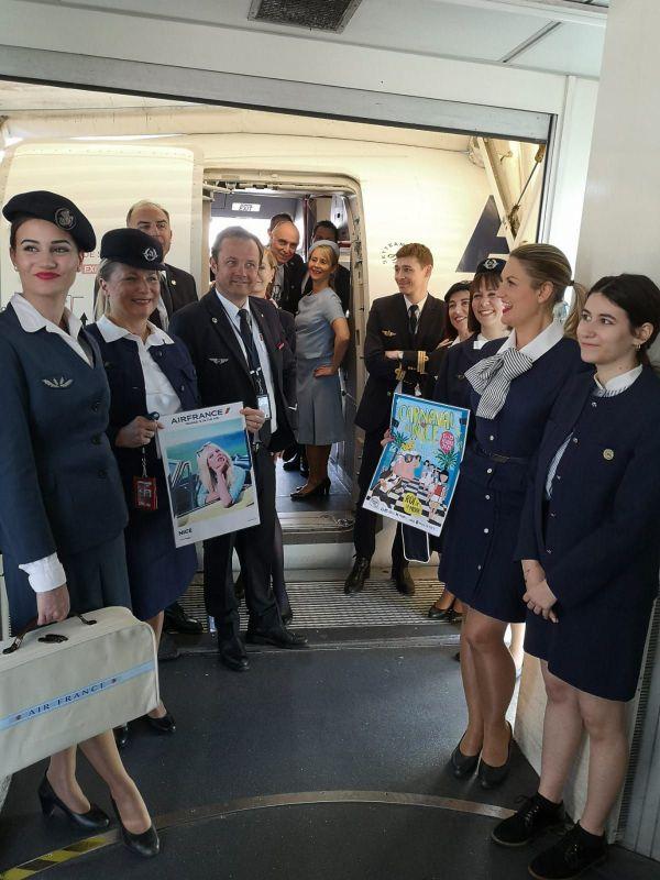 Les hôtesses attendent les passagers à la sortie de l'avion.