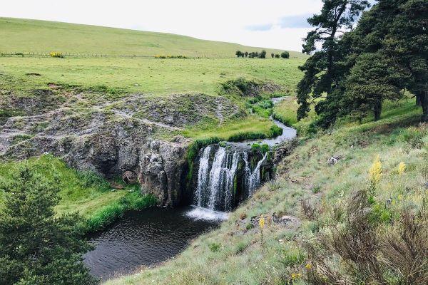 Au Cézallier, dans le Cantal, nombreux sont les points d'eau et cascades où se ressourcer cet été.