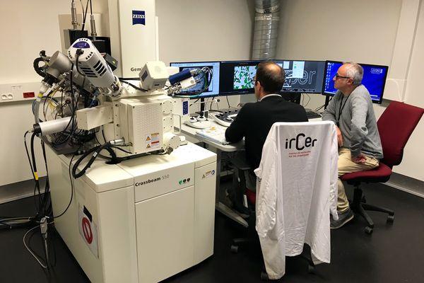 Un microscope électronique à double canon à l'institut de Recherches en Céramiques (IRCER) de Limoges