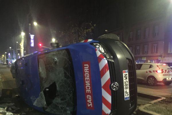 Une voiture saccagée
