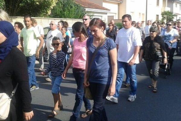 Plusieurs milliers de personnes marchent en hommage à la jeune enseignante.