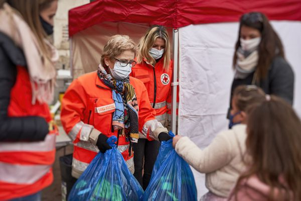 """Dans le Gard, les 700 bénévoles de la Croix-Rouge viennent en aide à plus de 1200 bénéficiaires. Ici, à Nîmes lors de l'opération """"10 jours, 1000 duvets""""."""
