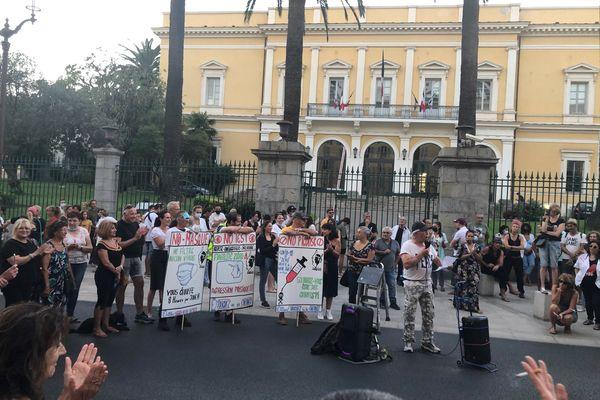 Samedi 4 septembre, environ 350 personnes ont manifesté contre le pass sanitaire à Ajaccio.