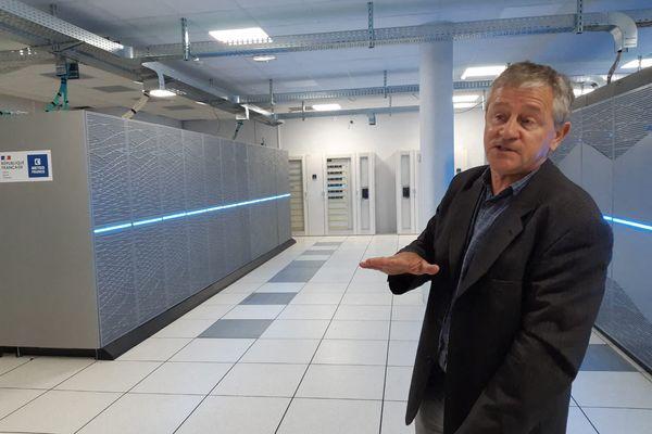 Alain Beuraud chef de projet du supercalculateur, devant l'une des machines à Météo France