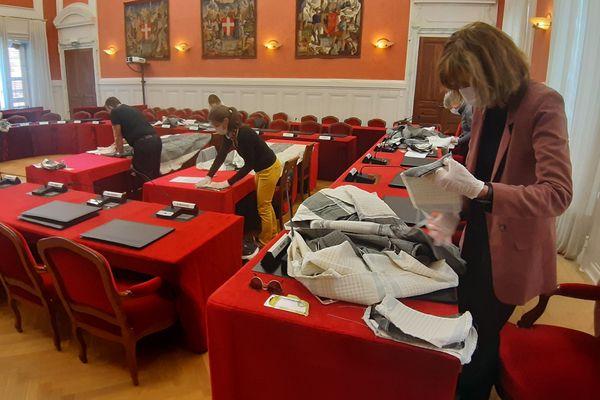 Atelier découpage dans la salle des délibérations du Département de la Savoie.