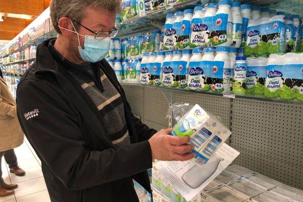 Dans cette grande surface de Clermont-Ferrand, les producteurs de lait observent les prix pratiqués sur les packs de lait premier prix.