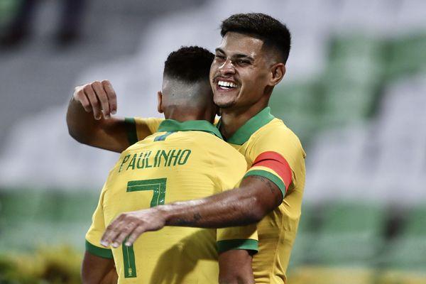 Paulinho célèbre un but avec Bruno Guimaraes en sélection brésilienne dimanche 19 janvier 200 dans un match du groupe B du tournoi pré-olympique sud-américain U23 entre le Brésil et le Pérou, au stade Centenario à Armenia (Colombie)