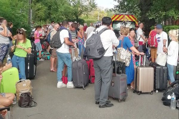 Après avoir été évacués d'un train, 300 voyageurs de la SNCF attendent toujours ce soir de pouvoir repartir pour Bordeaux.