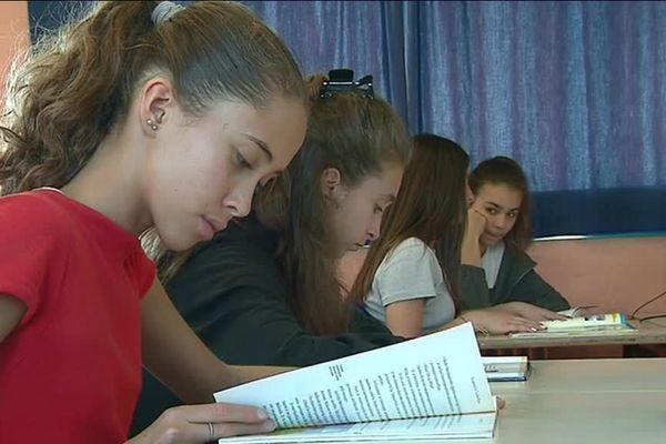 Les élèves lisent pendant un quart d'heure un livre de leur choix après la pause méridienne.