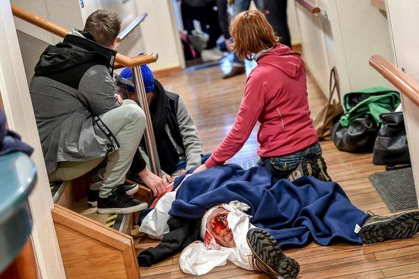 """Les secours portent assistance à un """"faux blessé"""" à bord du ferry."""