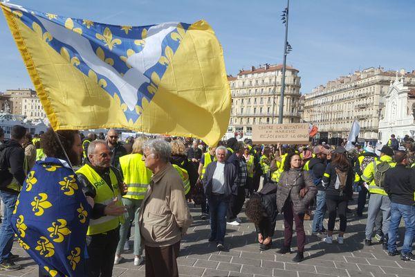 Sur le Vieux Port : des drapeaux avec la fleur de Lys, des drapeaux Corses ou Occitans, et des revendications multiples.