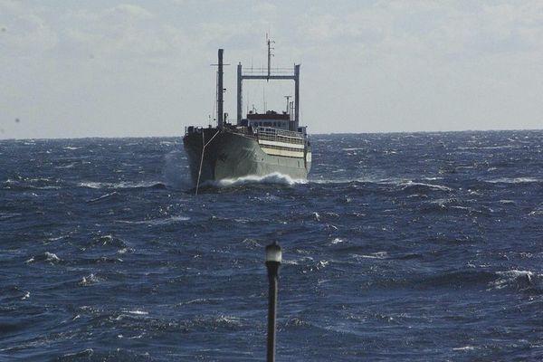 Le cargo Ezadeen, abandonné avec 450 migrants à bord, remorqué par un garde côte islandais de Frontex au large des côtes italiennes le 2 décembre 2014.