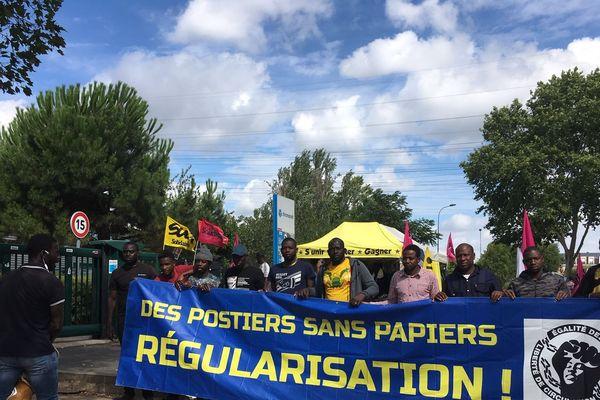 Les travailleurs sans-papiers employés par Chronopost réclament leur régularisation.