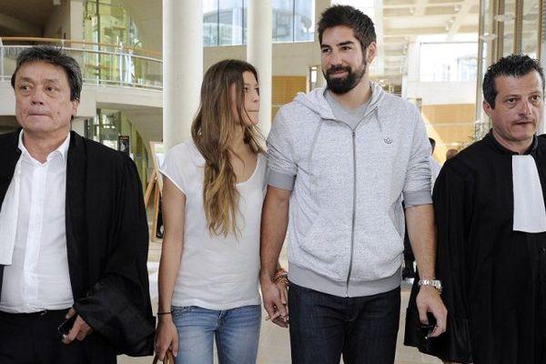 Montpellier - Nikola Karabatic, Géraldine Pillet , sa compagne, et leurs avocats arrivent au tribunal de Montpellier - 10 juin 2013.