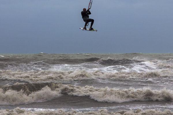 Planches à voile, de surf ou de kite-surf sont souvent retrouvées...