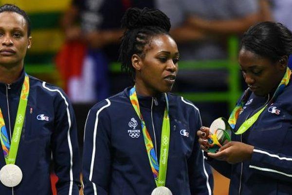#JO2016 Handall féminin Allison Pineau, Laurisa Landre et Siraba Dembele sur le podium avec leur médaille d'argent autour du cou