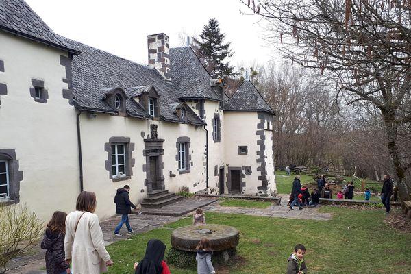 Parmi les lieux de chasse aux oeufs, le manoir de Veygoux (à Charbonnières-les-Varennes, dans le Puy-de-Dôme) était un endroit de choix: plus de 500 enfants se sont prêtés au jeu, avec notamment du chocolat auvergnat à la clé. Le moment pour le lieu de lancer une année riche en événements.