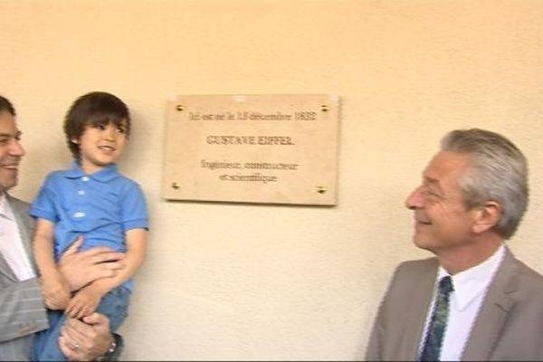 La plaque a été apposée au 16 quai Nicolas Rollin, là où est né Gustave Eiffel.