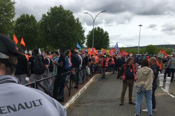 Les salariés et les syndicats réunis à Flins, ce mercredi midi.