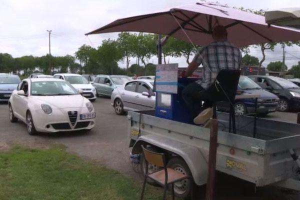 image insolite d'un loto organisé sur un parking !