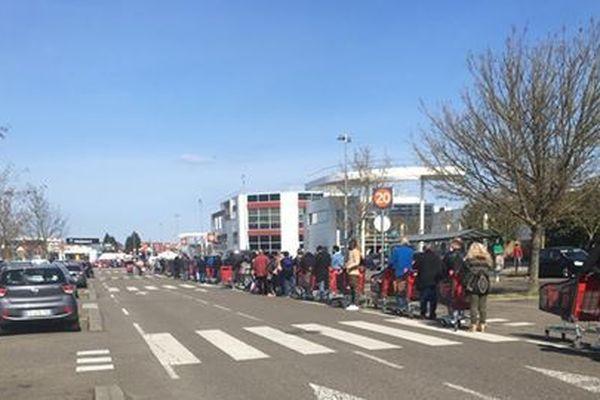 La régulation des entrées au Auchan d'Illkirch a causé la création d'une grande file d'attente en extérieur.