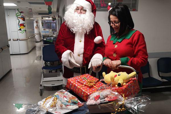 Le père Noël a fait une distribution de cadeaux à l'hôpital du Kremlin-Bicêtre ce mercredi 25 décembre.
