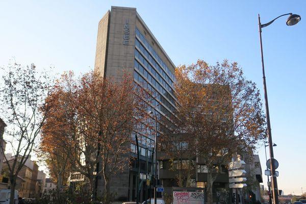 La tour principale des anciens locaux de l'Insee compte 13 étages.