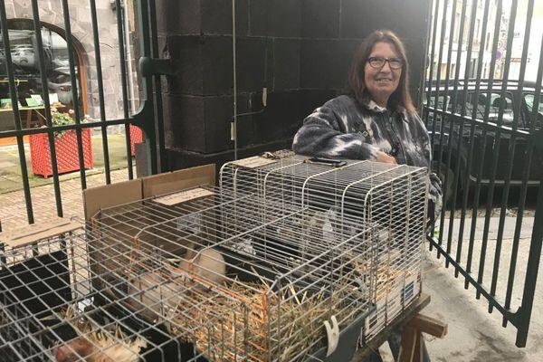 Brigitte élève des poules et des lapins nains à Saint-Sylvestre-Pragoulin dans le Puy-de-Dôme.