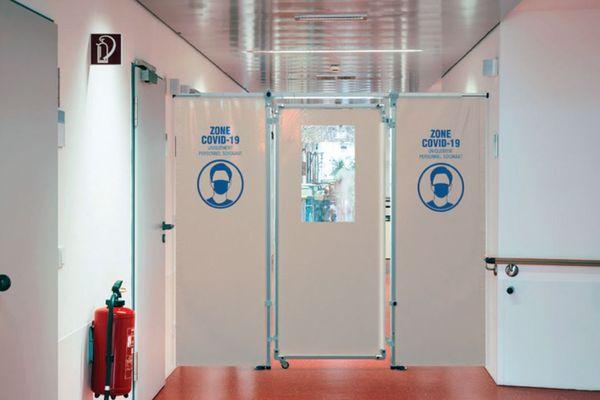 L'entreprise a mobilisé son savoir-faire en matière de tubes aluminium et toiles pour créer ce dispositif amovible de cloison et porte.