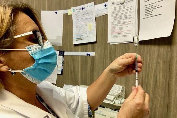 Une infirmière prépare une injection du vaccin contre la covid-19 à l'hôpital privé du Confluent à Rezé en Loire-Atlantique