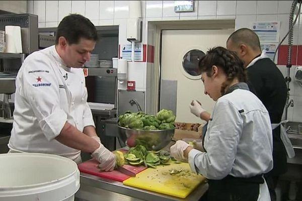 Une première étoile au guide Michelin pour le chef Damien Sanchez et sa petite équipe, dans la cuisine du restaurant le Skab à Nîmes. Une belle récompense après trois ans de travail acharné.