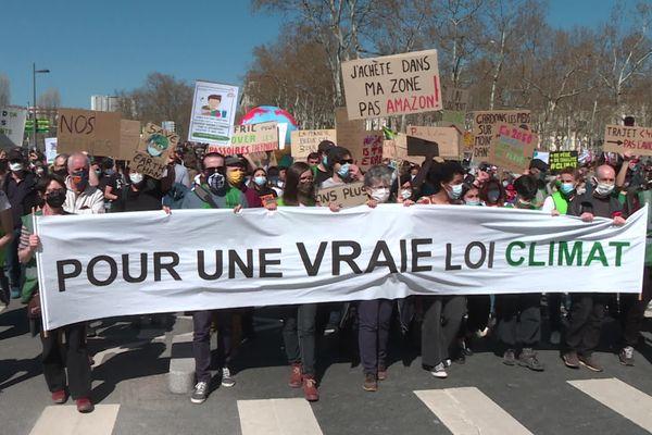 Des milliers de personnes ont manifesté à Lyon dimanche 28 mars pour réclamer une vraie loi climat, à la veille de l'examen d'un projet de loi du gouvernement à l'Assemblée Nationale.