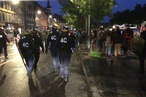 La police encadre la manifestation au pas de course