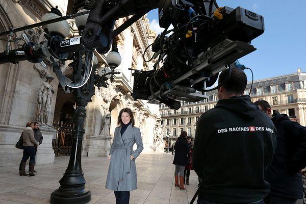"""Carole Gaessler sur le tournage de l'émission """"Des Racines et des Ailes"""" à l'opéra Garnier à Paris en février 2016."""