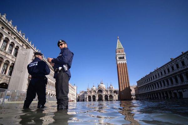 14 novembre ► La Basilique Saint-Marc ou le théâtre de la Fenice ont été la proie d'une eau boueuse et salée venue de la lagune.