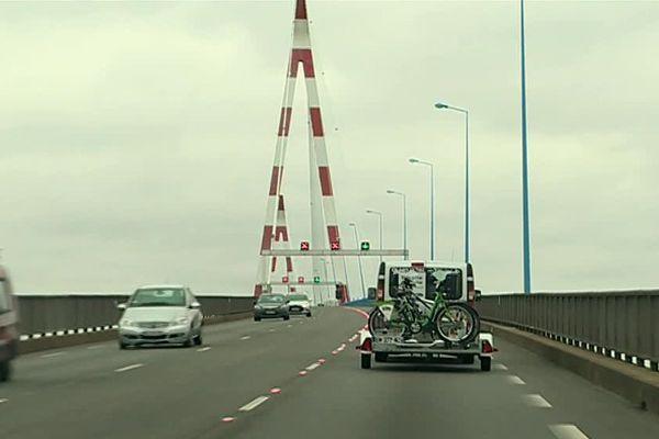 Navette gratuite pour les cyclistes sur le pont de Saint-Nazaire pendant l'été.