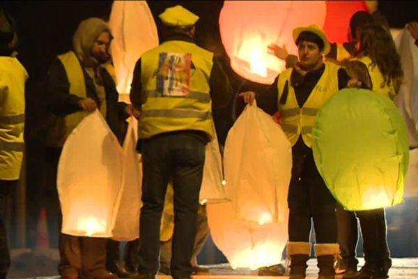 Les gilets jaunes de Graulhet (Tarn) ont organisé un lâcher de lanternes pour envoyer un message de paix à l'occasion de la soirée de la Saint-Sylvestre.