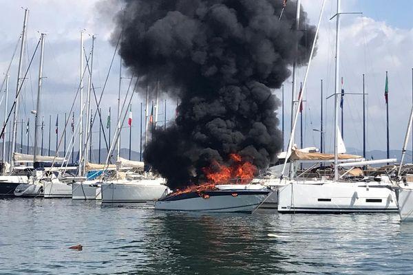 Les sapeurs-Pompiers du Var et la SNSM sont intervenus sur le port Saint Pierre de Hyères dans le Var dès 11H30 ce samedi.