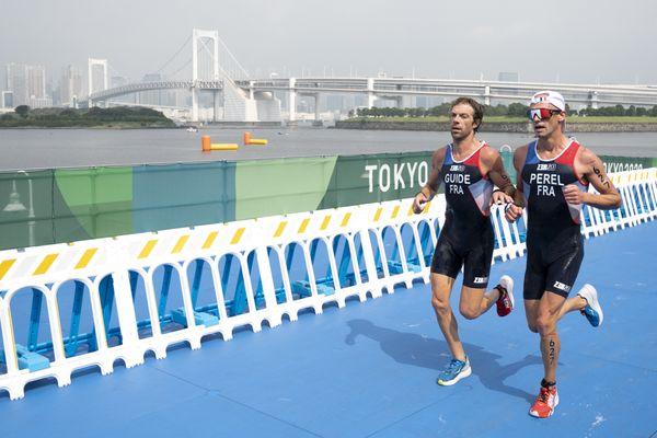 Antoine Pérel et son guide Olivier Lyoen lors de l'épreuve de triathlon aux Jeux paralympiques de Tokyo, le 28 août 2021.