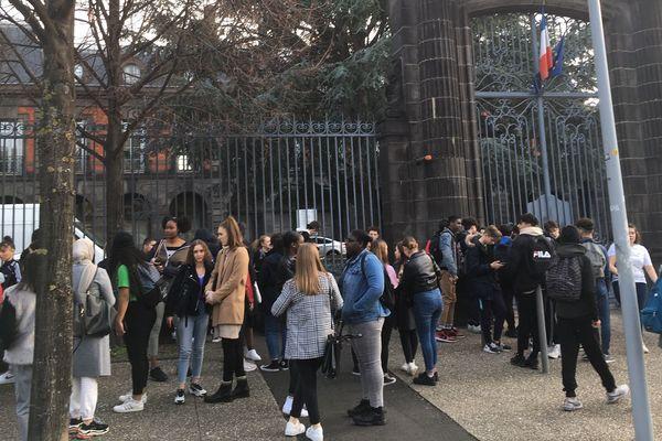 Au rectorat de Clermont-Ferrand, des lycéens de Blaise Pascal et de Sidoine Apollinaire espèrent un rendez-vous pour demander l'annulation des épreuves E3C passées ce lundi 3 février.