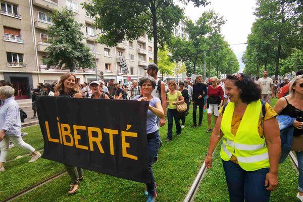 Le cortège de la manifestation anti pass sanitaire cours Jean Jaurès à Grenoble