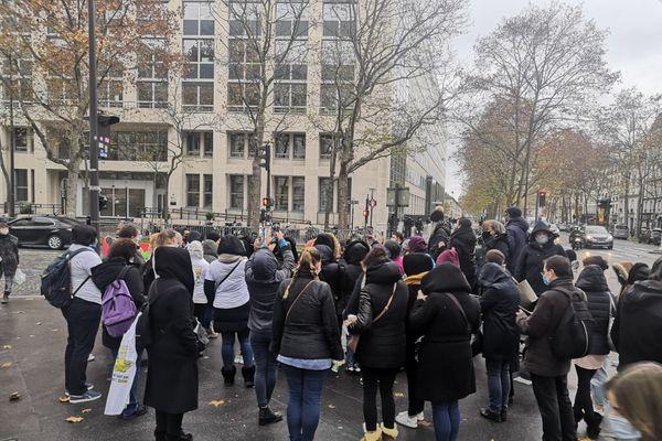 Plusieurs dizaines de personnes se sont rassemblées devant le ministère de la Santé, ce jeudi.