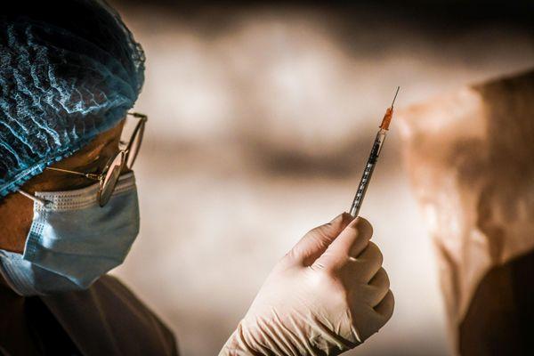 La campagne de vaccination contre le coronavirus s'intensifie dans le Gard, département parmi les plus touchés d'Occitanie.
