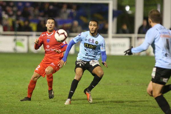 Le Camblysien Ottman Dadoune (en bleu), aux prises avec le défenseur breton Maxime Toupin, vendredi 1er décembre 2018.